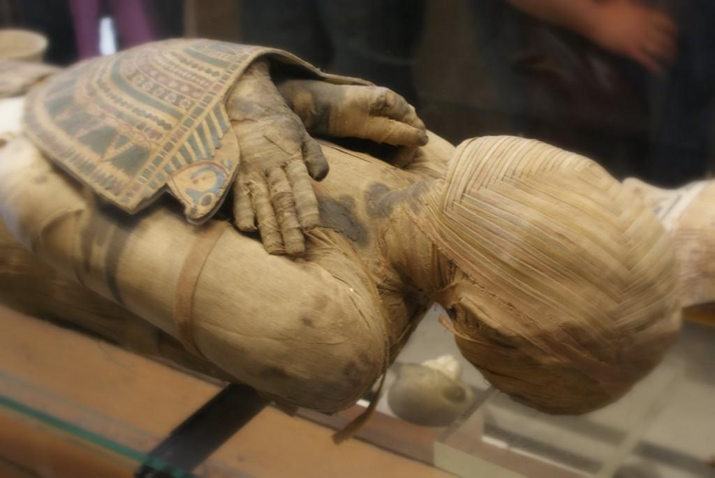 """Momie recouverte de ses """"cartonnages"""" - époque ptolémaïque, IIIe - IIe siècle avant J.-C."""